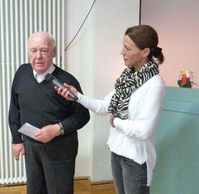 """Heinrich Roman trug das Gedicht """"Vier Kerzen zum Advent"""" vor. Technische Unterstützung leistete die Pflegedienstleitung der Sozialstation Eichhof, Serpil Memic."""
