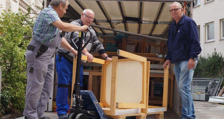 Einladen am Krankenhaus Eichhof: Helfer des DRKs und des Krankenhauses Eichhof bereiten Betten, Tische und Stühle für den Abtransport nach Rumänien vor.