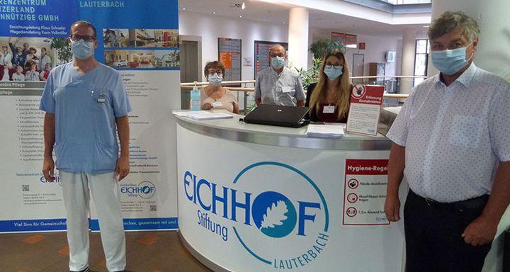 Jeder Besucher am Krankenhaus Eichhof muss sich ab sofort registrieren lassen. Für die Umsetzung der Erlassregeln sind (von rechts) Berthold Remiger, Jennifer Müller, Michael Pudlo, Elke Trabandt und Tobias Plücker verantwortlich.