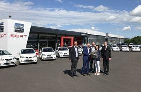 Verkaufsberater Harald Appel und Geschäftsführer Willi Bartosch (von links) übergaben die Fahrzeuge an Fuhrparkleiter Rainer Roth, Pflegedienstleitung Serpil Memic und Verwaltungsdirektor Dr. Christof Erdmann.