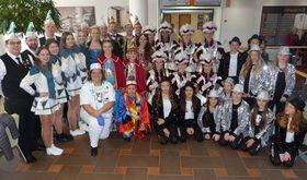 Mit großem Gefolge waren die Prinzenmannschaften aus Frischborn und Angersbach im Krankenhaus Eichhof erschienen und begeisterten Patienten, Mitarbeiter und Besucher mit einem kurzen Programm.