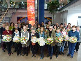 Jubilare und Ruheständler sowie die Vorstandsmitglieder, Verwaltungsdirektion und der Betriebsratsvorsitzende der Eichhof-Stiftung Lauterbach beim gemeinsamen Gruppenbild.