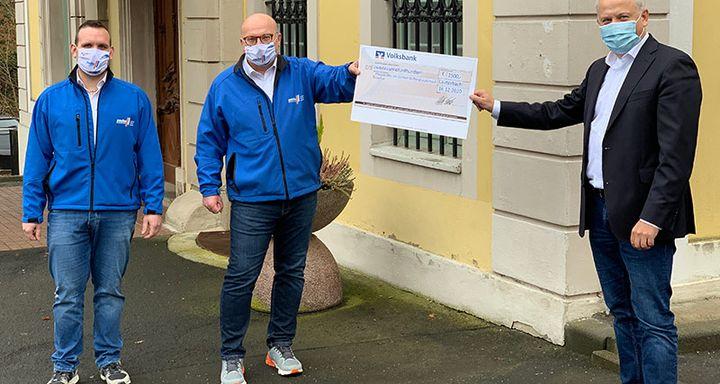 Christoph Sachs und Steffen Jöckel überreichen dem Vorstand der Eichhof-Stiftung Lauterbach Mathias Rauwolf einen Scheck über 2.500 EUR für das Pflegepersonal am Lauterbacher Krankenhaus als Dank für den besonderen Einsatz in Zeiten von COVID-19.