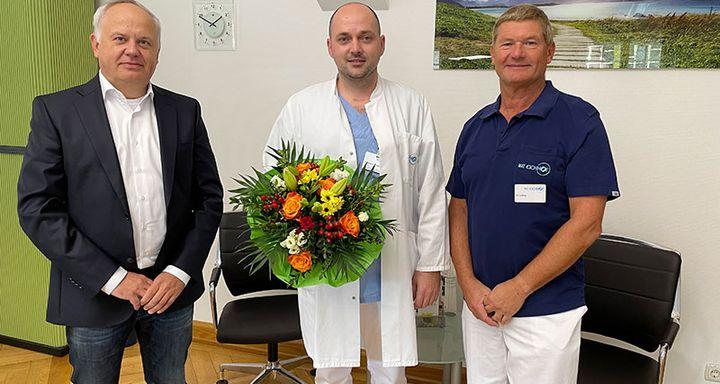 Vorstand Mathias Rauwolf (links) und Chefarzt Dr. Jürgen Ludwig (rechts) hießen den neuen Oberarzt der Orthopädie und Unfallchirurgie Eduard Popescu bei seiner Rückkehr nach Lauterbach herzlich willkommen.