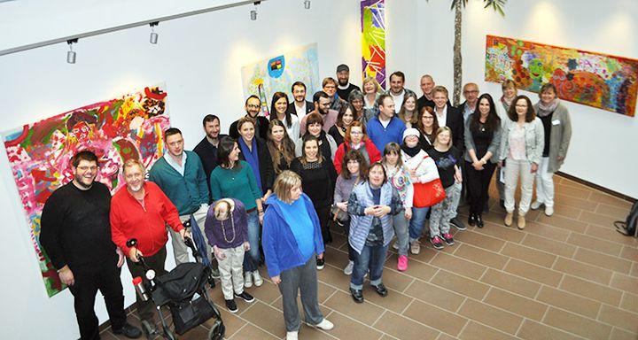 Künstler und Studierende sowie das Team des Eichhof-Krankenhauses bei der Vernissage.