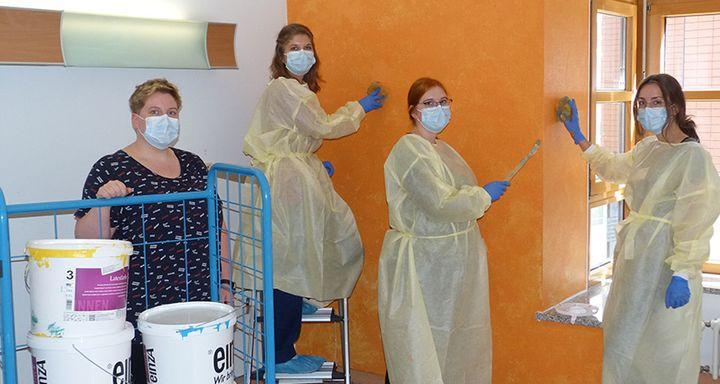 Mit großer Begeisterung arbeiten Mitarbeiterinnen und Patienten der Station P2 der Hauptabteilung Psychiatrie und Psychotherapie am Krankenhaus Eichhof an der Umgestaltung der Zimmer