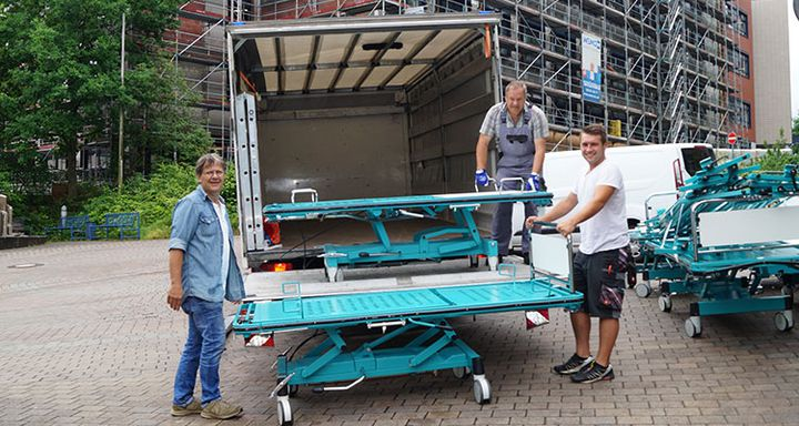 Beim Abtransport der Betten packten DRK-Helfer und Eichhof-Personal gemeinsam mit an.