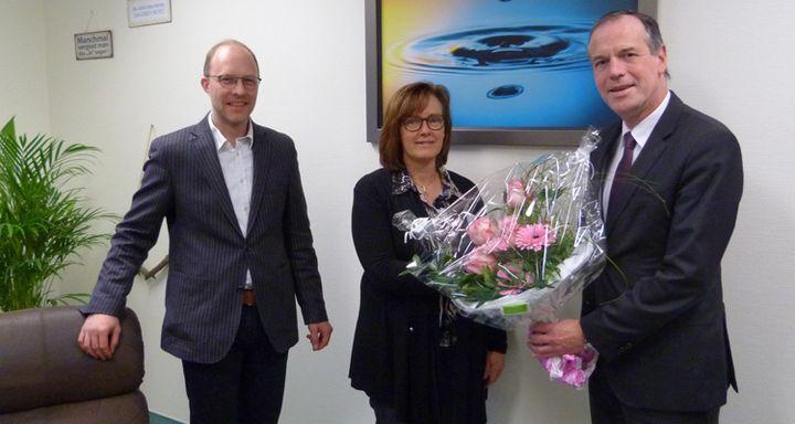Verwaltungsdirektor Dr. Christof Erdmann (rechts) und Chefarzt Dr. Friedrich Jungblut (links) gratulieren Dr. Meike Traxl zu ihrer Ernennung als Oberärztin in der Fachabteilung Psychiatrie und Psychotherapie am Krankenhaus Eichhof.