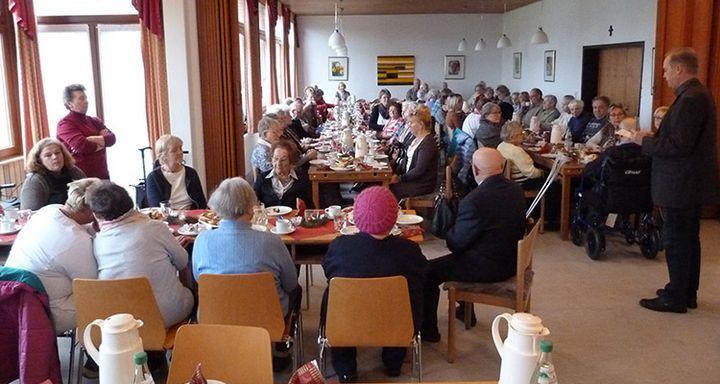 Pfarrer Sondermann hielt eine Andacht anl. der Weihnachtsfeier der Sozialstation Eichhof.