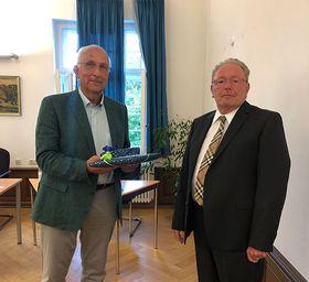 Verbunden mit großem Dank für die ausgezeichnete Mitarbeit verabschiedete der Vorsitzende des Stiftungsrates der Eichhof-Stiftung Lauterbach Dr. Gerhard Schlitt (rechts) im Namen aller Stiftungsratsmitglieder seinen ehemaligen Mitstreiter Dr. Wolfgang Kniepert.