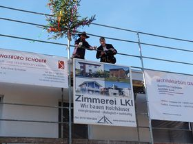 Den Richtspruch sprach Zimmermeister Stephan Kosch, der den Bauherren vier Apfelbäumchen schenkte.