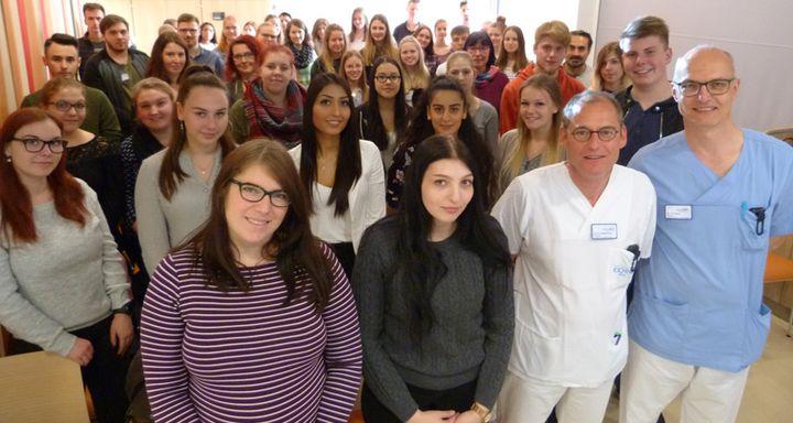 Zum gemeinsamen Gruppenbild mit Chefarzt Dr. Norbert Sehn und Chefarzt Dr. Rüdiger Hilfenhaus (vorn, von rechts) stellten sich Schüler und Lehrkräfte der beiden Bildungseinrichtungen gerne auf.