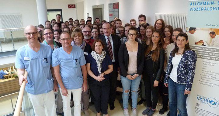 Schüler und Lehrer dankten Dr. Norbert Sehn, Dr. Rüdiger Hilfenhaus, Kathrin Kleine (vorn, von links) und Dr. Christof Erdmann (5. von links) für die tolle Möglichkeit, zwei Live-OPs verfolgen zu dürfen.