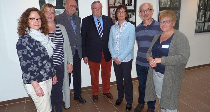 Die Organisatoren der AG KiK und des Fotoclubs Lauterbach bei der Eröffnung der Ausstellung mit dem Vorstandsvorsitzenden Hans-Jürgen Schäfer