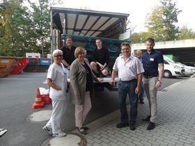 Josef Matthuschowitz, Thomas Müller sowie weitere Vertreter des Krankenhauses Eichhof freuen sich über die Weiternutzung der ausrangierten Betten.