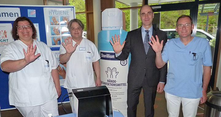 Ärztlicher Direktor Dr. Rüdiger Hilfenhaus, Vorsitzender der Hygienekommission Dr. Dr. Christoph Herda, Hygienebeauftragter Ingo Schreier und Hygienefachkraft Dagmar Nigge (von rechts)