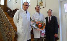 Verwaltungsdirektor Dr. Christof Erdmann (rechts) und Chefarzt Tobias Plücker (links) begrüßen Dr. Joachim Wilhelm als Leitenden Oberarzt Innere Medizin/Kardiologie am Krankenhaus Eichhof.